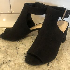 Opened toe sling style shoes with ankle strap 👗